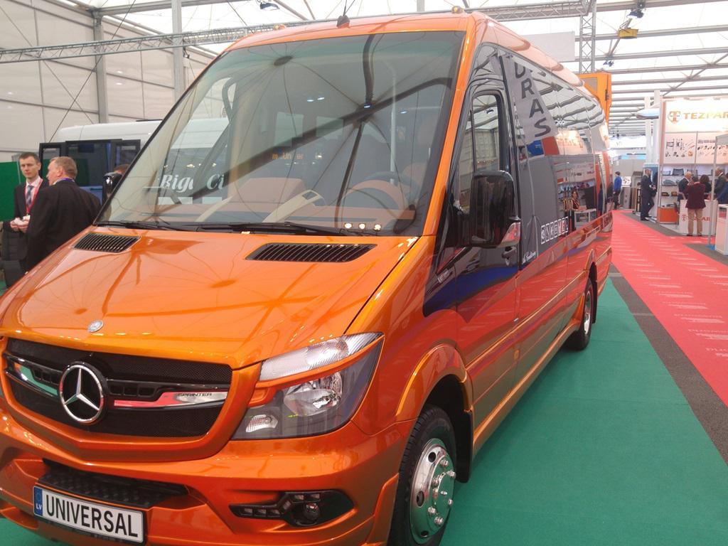 Busworld narančasti midibus