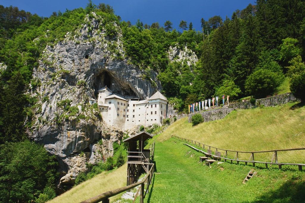 Postojna: Čarobna pećina Predjama-Castle