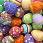 Viele bunte Ostereier zu Ostern auf einem Haufen