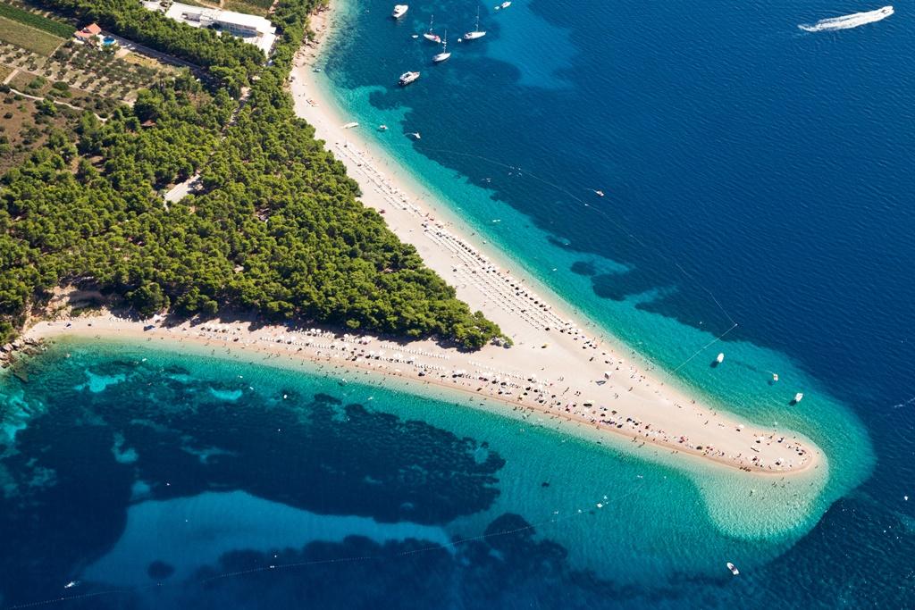 Hrvatska - Page 3 Aerial-photograph-of-famous-Zlatni-Rat-beach-in-Bol_XL