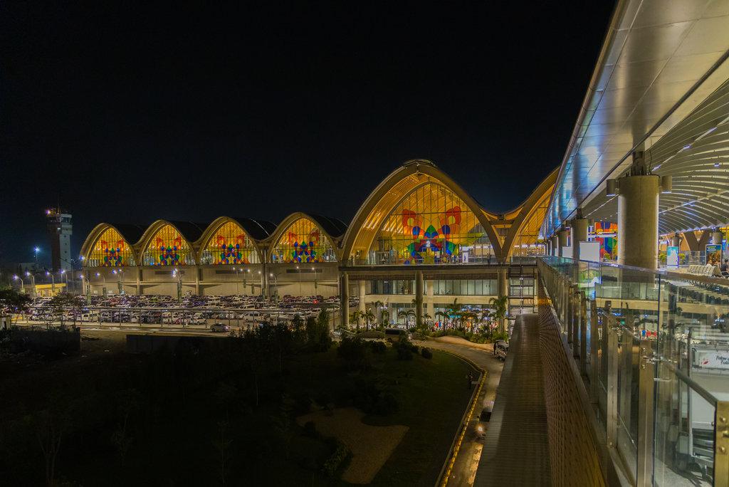 Una vista notturna di Mactan Cebu, uno dei più grandi aeroporti delle Filippine