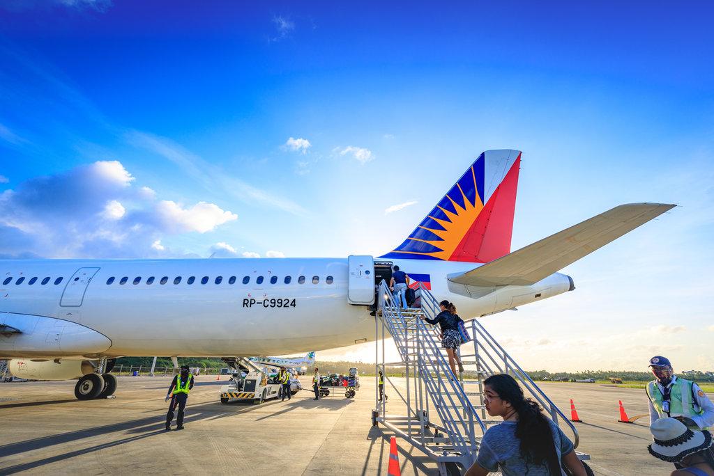I passeggeri che salgono sull'aereo della Philippine Airlines all'Aeroporto di Caticlan